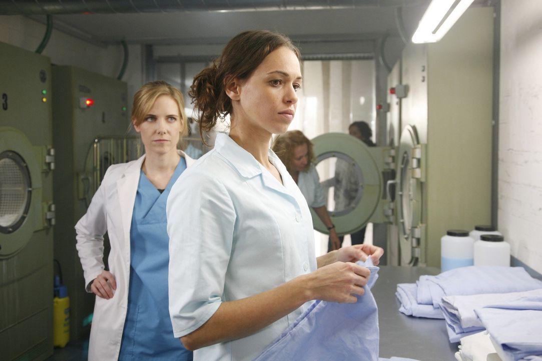 Luisa (Jana Voosen, l.) will mit ihrer Schwester Anna (Nadine Brandt, r.) über ihre Schwangerschaft sprechen. Doch Anna blockt ab. - Bildquelle: Mosch Sat.1