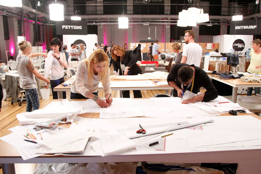 Kreativität ist angesagt: Wer seine Entwürfe verkauft, ist direkt in der nächsten Runde. Die anderen Designer müssen im sogenannten Fashion Show... - Bildquelle: Richard Hübner ProSieben