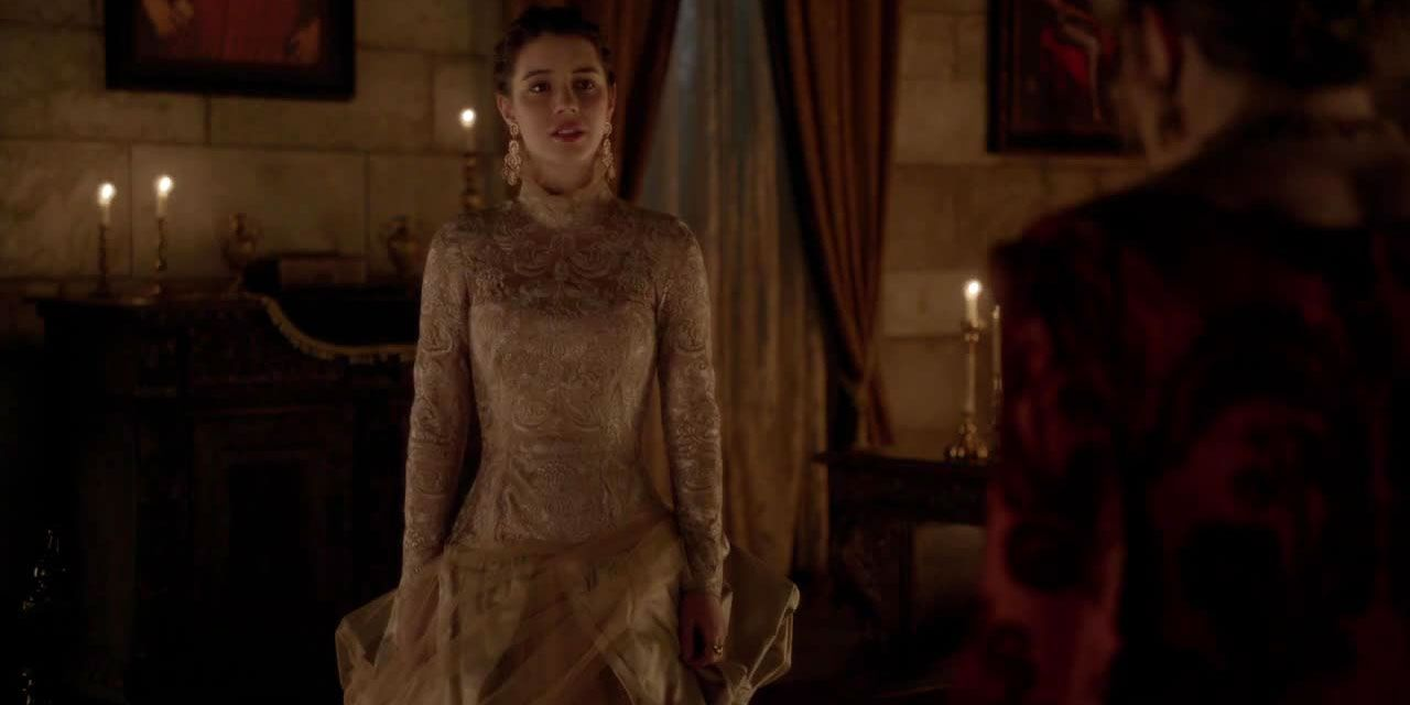Mary in einer weißen Robe - Bildquelle: 2014 The CW Network. All Rights Reserved.