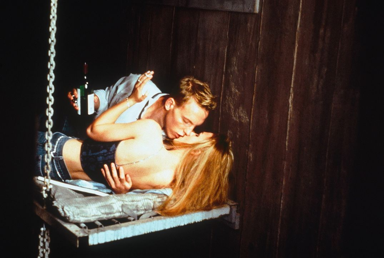 Noch genießen Frankie (Keira Knightley, r.) und Geoff (Laurence Fox, l.) ihren freiwilligen Aufenthalt in dem düsteren Bunker. Doch schon bald gre... - Bildquelle: Tobis StudioCanal