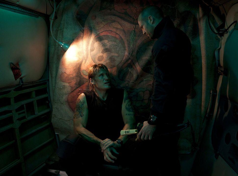Plötzlich finden sich der ehemalige SAS-Messerexperte Lee Christmas (Jason Statham, r.) und der Scharfschütze Gunnar Jensen (Dolph Lundgren, l.) i... - Bildquelle: @ 2010 ALTA VISTA PRODUCTIONS, INC.