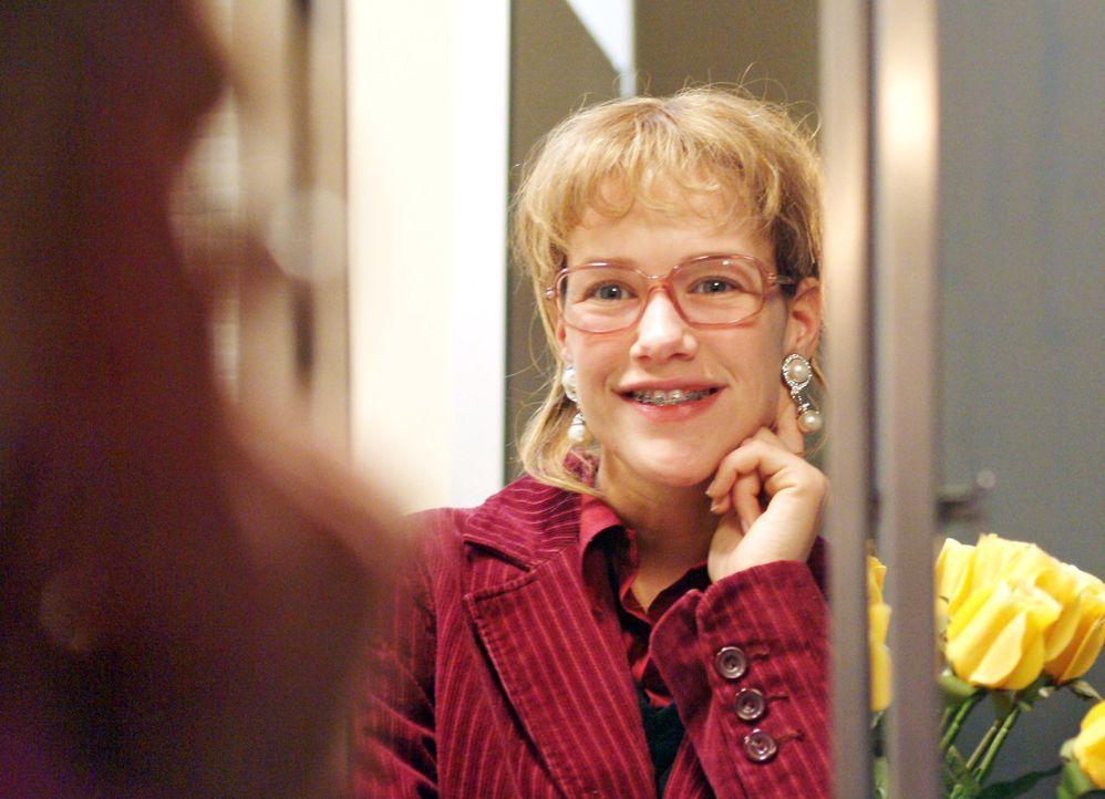 Lächelnd betrachtet Lisa (Alexandra Neldel) sich und die Ohrringe im Spiegel. (Dieses Foto von Alexandra Neldel darf nur in Zusammenhang mit der Be... - Bildquelle: Sat.1
