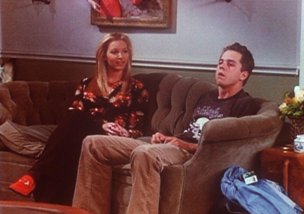 Phoebe (Lisa Kudrow, l.) möchte die Beziehung zu ihrem Halbbruder Frank (Giovanni Ribisi, r.) vertiefen und hat ihn deshalb übers Wochenende einge... - Bildquelle: TM+  2000 WARNER BROS.