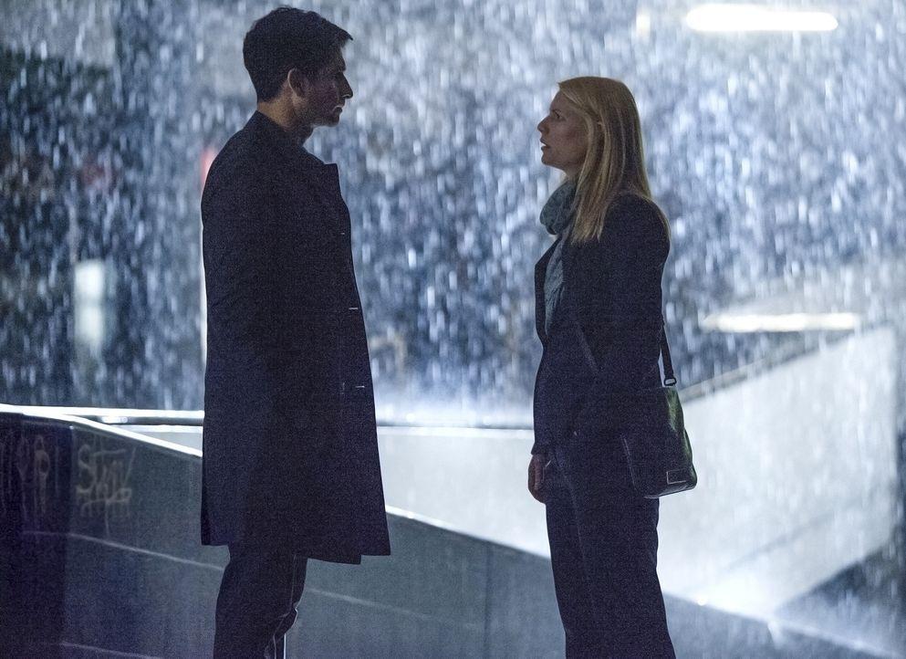 Aasar Khan (Raza Jaffrey, l.) hat eine schockierende Nachricht für Carrie (Claire Danes, r.), während Saul in Gefangenschaft von Haqqani ist ... - Bildquelle: Homeland   2014 Twentieth Century Fox Film Corporation