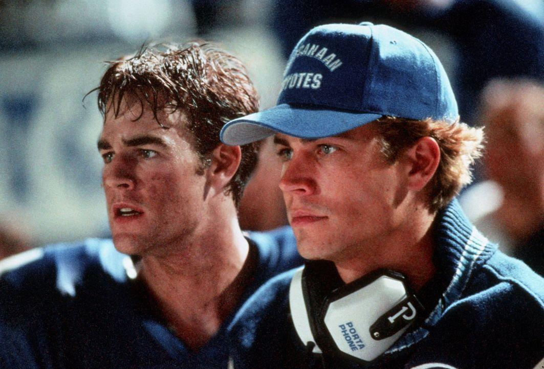 """Als sich der Star-Quarterback, Lance Harbor (Paul Walker, r.), der Highschool-Mannschaft """"West Canaan Coyotes"""" kurz vor Saisonende schwer verletzt,... - Bildquelle: TM, ® &   1999 by Paramount Pictures. All Rights Reserved."""