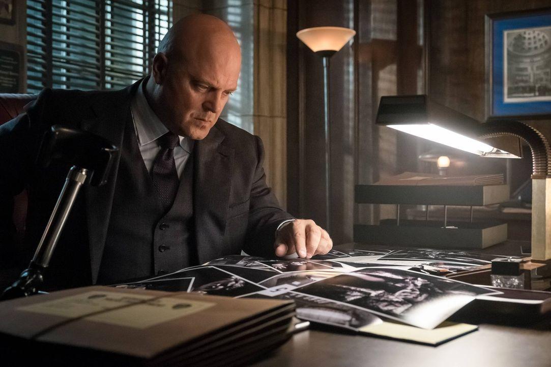 Captain Barnes (Michael Chiklis), der mit dem Blut von Alice in Kontakt gekommen ist, spürt die ersten Auswirkungen seiner Infektion ... - Bildquelle: Warner Brothers
