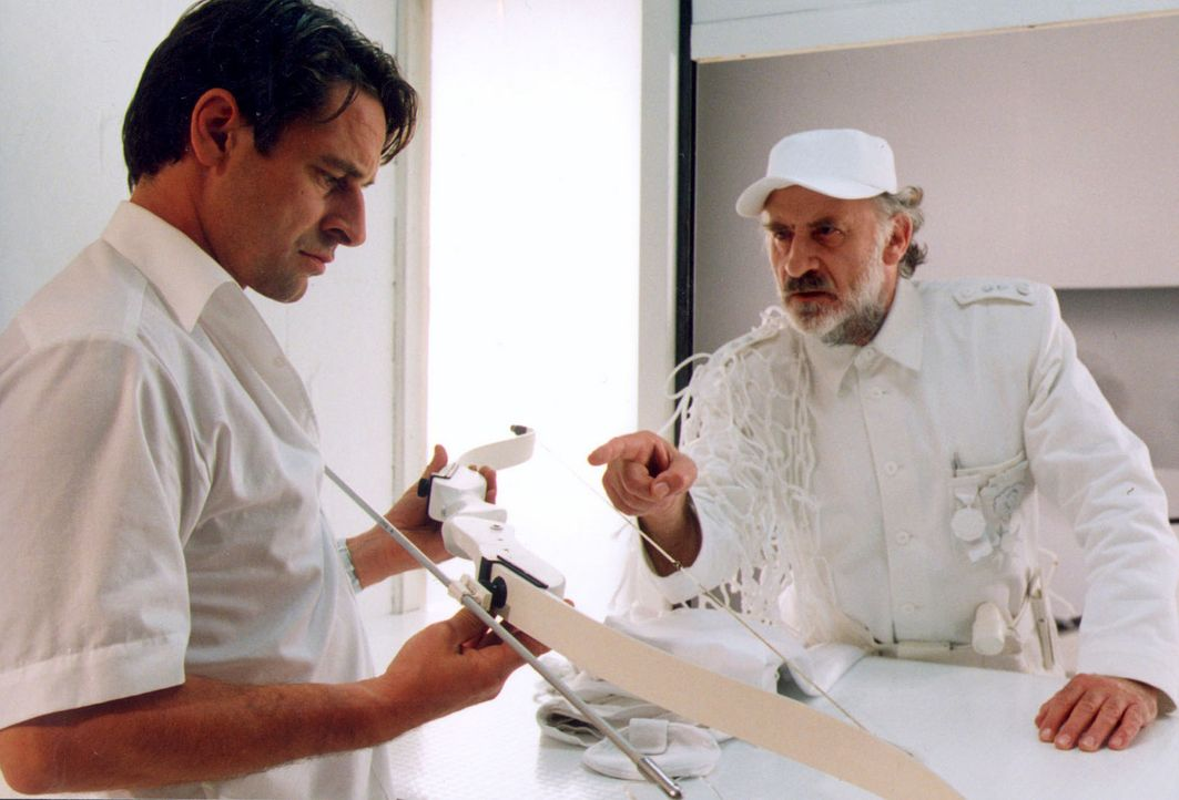 Raffael (Max Tidof, l.) bekommt vom Versorgungsengel (Fred Stillkraut, r.) seine Ausrüstung für den neuen Auftrag als Liebesengel ... - Bildquelle: Erika Hauri Sat.1