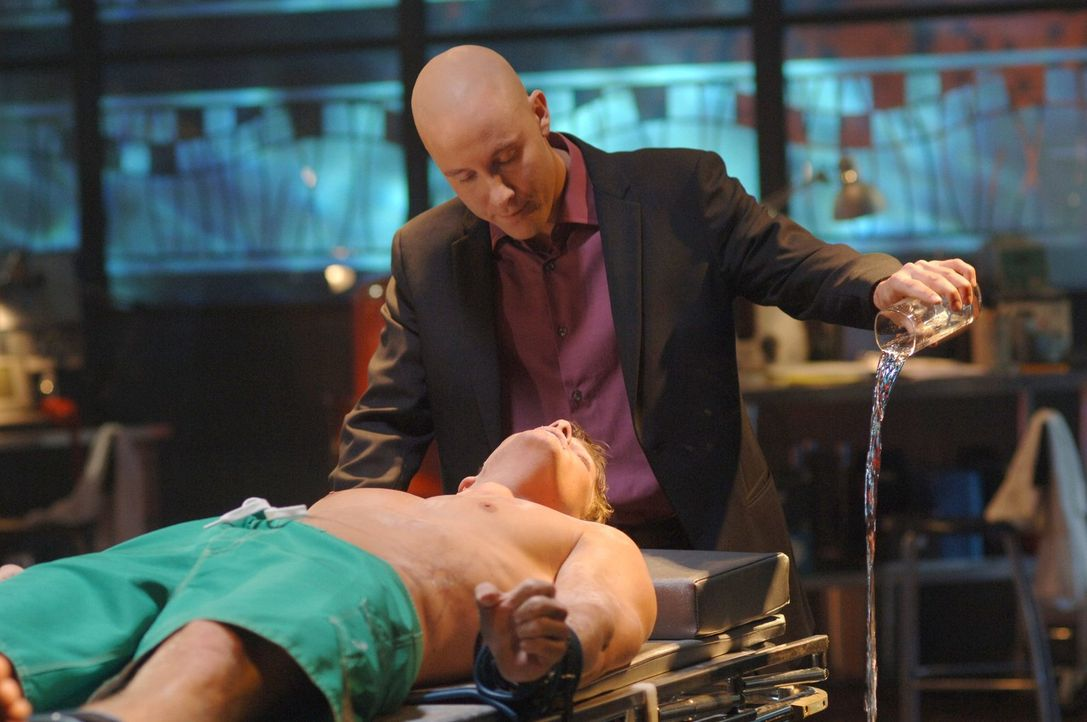 Der Plan ist fehlgeschlagen: Arthur (Alan Ritchson, l.) wird beim Versuch, Lex Luthor (Michael Rosenbaum, r.) aufzuhalten, geschnappt ... - Bildquelle: Warner Bros.