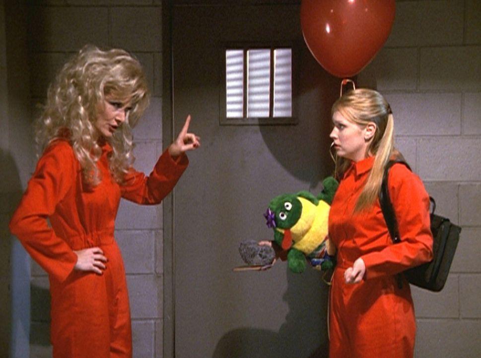Im Gefängnis trifft Sabrina (Melissa Joan Hart, r.) auf Jezelda (Beth Broderick, l.), die böse Zwillingsschwester ihrer Tante Zelda ... - Bildquelle: Paramount Pictures