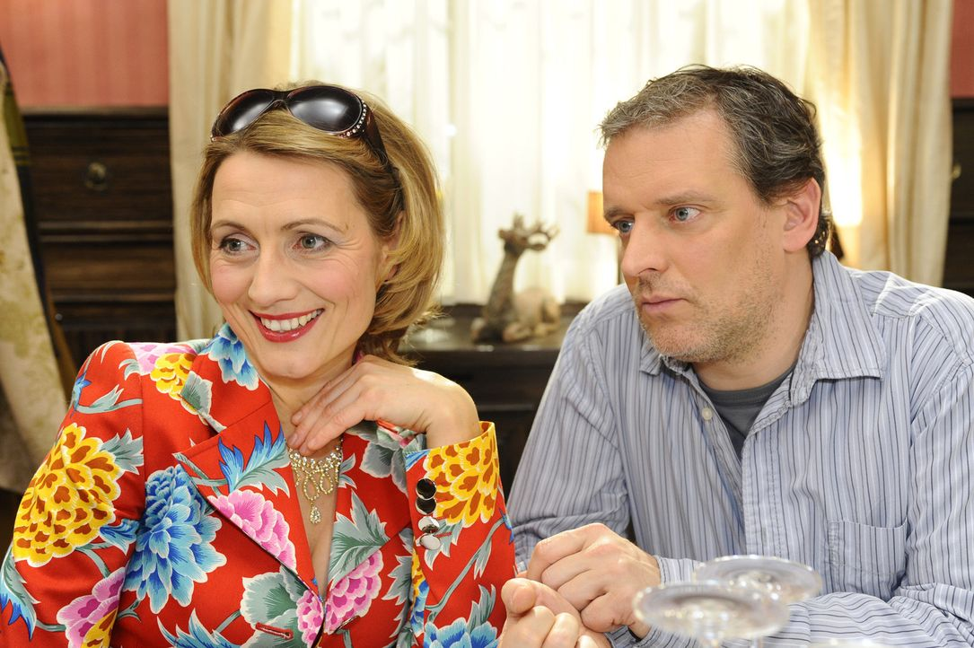 Susanne befürchtet, dass ihre Schwester Brigitte (Joana Schümer, l.) ein Auge auf Ingo (Wolfgang Wagner, r.) geworfen hat ... - Bildquelle: SAT.1
