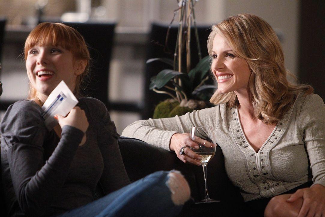 Amüsieren sich köstlich: Alexis (Molly C. Quinn, l.) und ihre Mutter Gina (Monet Mazur, r.) - Bildquelle: 2010 American Broadcasting Companies, Inc. All rights reserved.