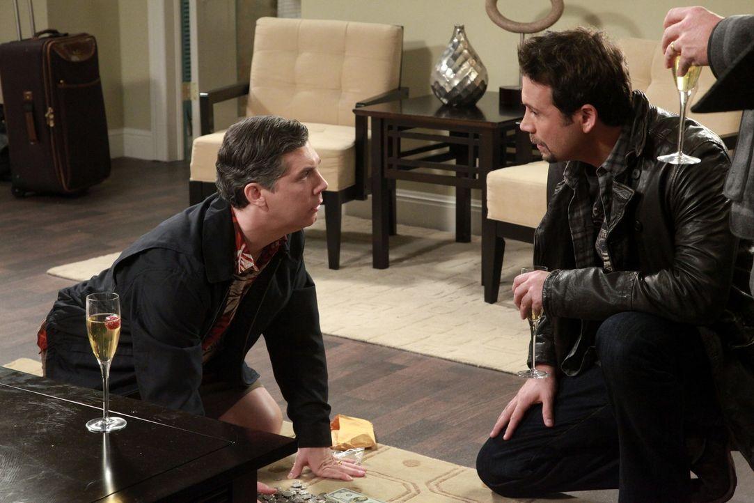 Genießen ihren Männerausflug: Fred (Chris Parnell, l.) und George (Jeremy Sisto, r.) ... - Bildquelle: Warner Bros. Television