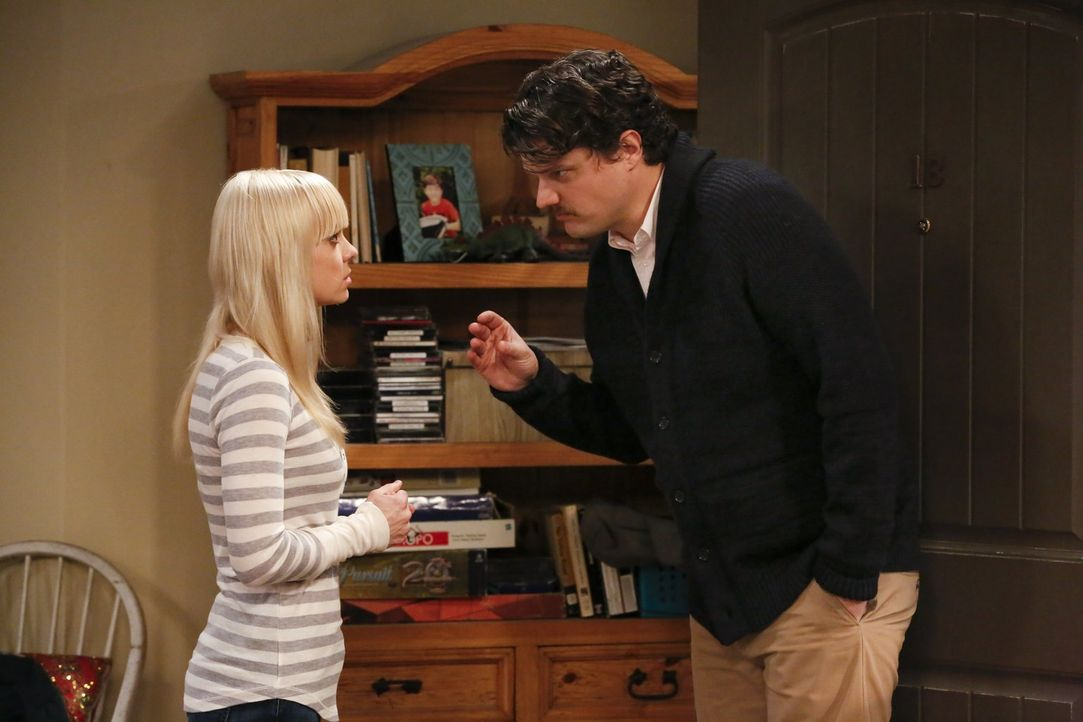 Die Nachrichten, die ihr Ex-Mann Baxter (Matt Jones, r.) ihr bringt, freuen Christy (Anna Faris, l.) gar nicht ... - Bildquelle: Warner Bros. Television