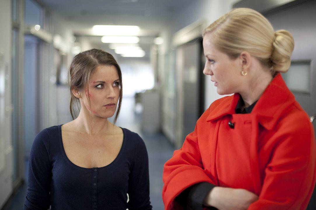Bangen um Michaels Leben: Bea (Vanessa Jung, l.) und Helena (Kim-Sahra Brandts, r.) ... - Bildquelle: SAT.1