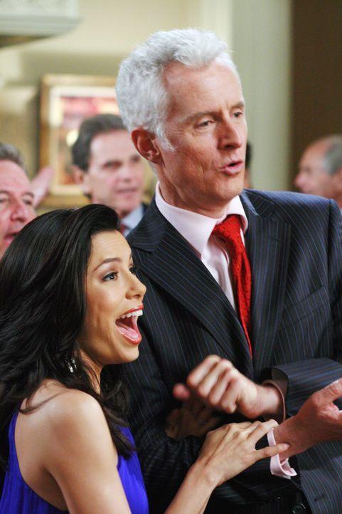 Victor (John Slattery, r.) wurde tatsächlich zum Bürgermeister gewählt. Gabrielle (Eva Longoria, l.) ist total aus dem Häuschen ... - Bildquelle: 2005 Touchstone Television  All Rights Reserved