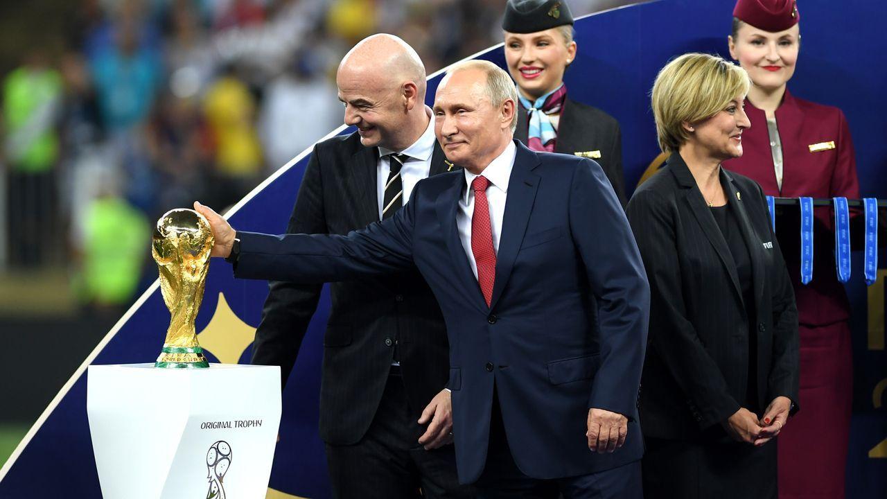 Putin und der Pokal - Bildquelle: 2018 Getty Images