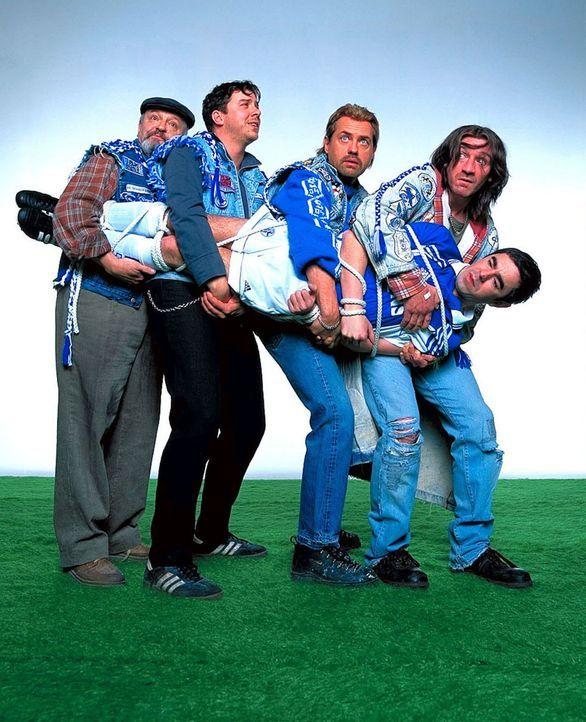 Die vier Freunde und Fußball-Fans: Hans (Uwe Ochsenknecht, 2.v.r.) , Mike (Ralf Richter, r.), Bernie (Michael Sideris, 2.v.l.) und Theo (Walter Gont... - Bildquelle: Seven Pictures