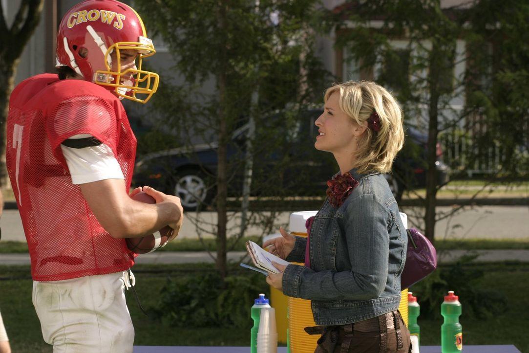 Als auch noch Chloe (Allison Mack) Clark aufdringlich belästigt, weiß Clark (Tom Welling,), dass er dringend ein Mittel gegen den grünen Liebestrunk... - Bildquelle: Warner Bros.