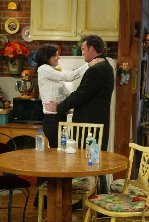 Da Chandler (Matthew Perry, r.) und Monica (Courteney Cox, l.) nicht wollen, dass ihr Kind in der Stadt groß wird, wollen sie aufs Land ziehen, doch... - Bildquelle: 2003 Warner Brothers International Television