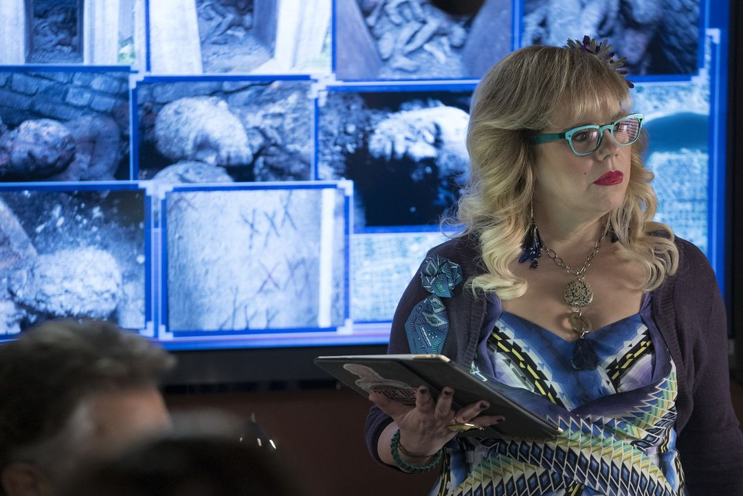 Für die Mission unerlässlich: Penelope Garcia (Kirsten Vangsness) ... - Bildquelle: Cliff Lipson 2017 CBS Broadcasting, Inc. All Rights Reserved/Cliff Lipson