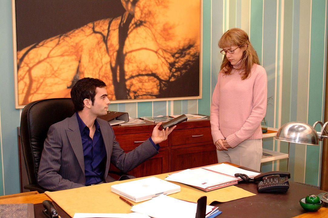 David (Mathis Künzler, l.) überreicht Lisa (Alexandra Neldel, r.), die an diesem Tag so einiges missverstanden hat, ein Geschenk für ihre Verdien... - Bildquelle: Sat.1