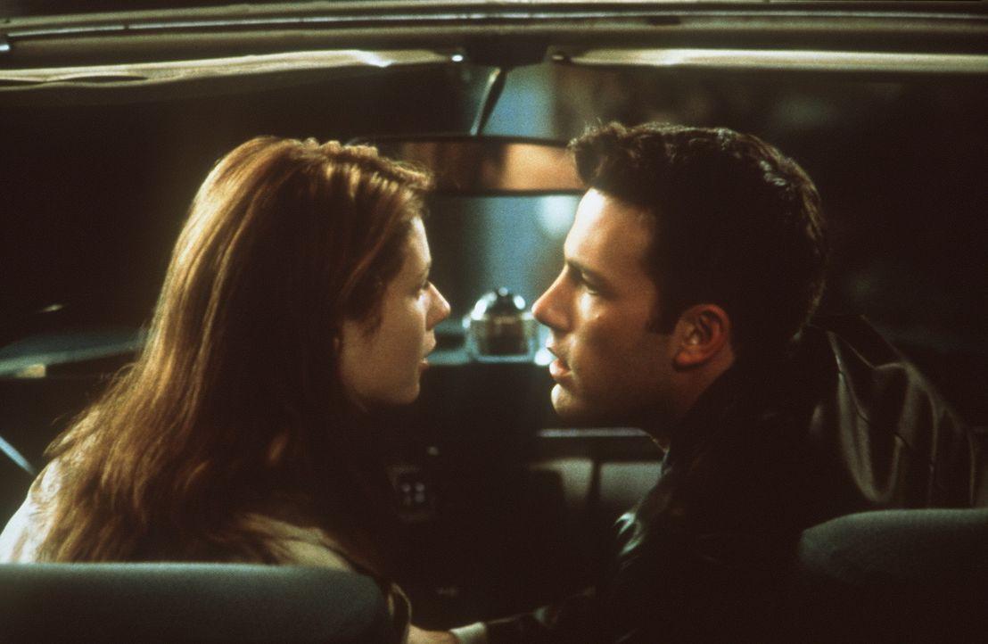 Nach einiger Zeit kommen sich Buddy (Ben Affleck, r.) und Abby (Gwyneth Paltrow, l.) näher, doch die junge Frau hat keine Ahnung, mit wem sie es zu... - Bildquelle: Miramax Films