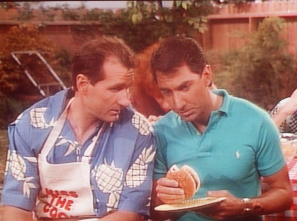 Al (Ed O'Neill, l.) weiht Steve (David Garrison) in das Geheimrezept für seine Hamburger ein. - Bildquelle: Columbia Pictures