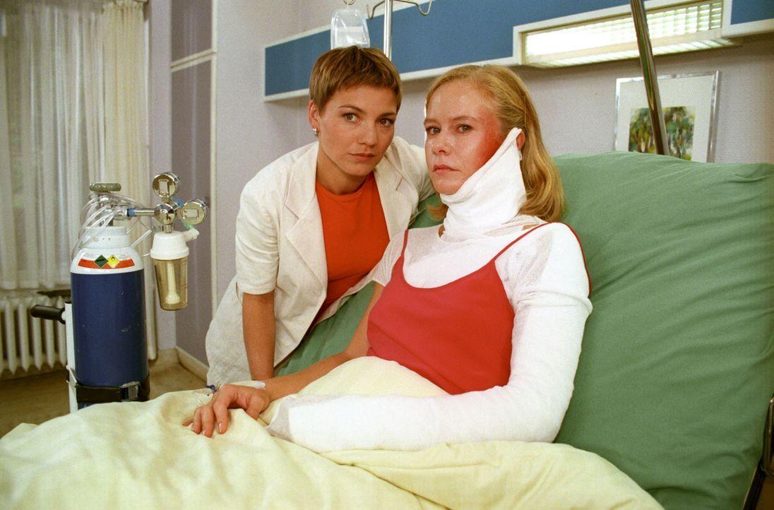 """Ulrike Bloch (Susanne Lüning, r.) wird mit starken Verbrennungen ins Krankenhaus eingeliefert. Als Frau Bloch auch noch die Melodie des """"Heideröslei... - Bildquelle: Noreen Flynn Sat.1"""