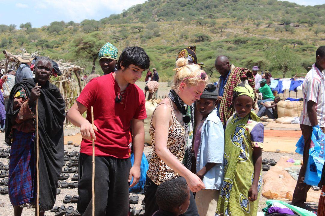 In einem kleinen Dorf am Rande der Serengeti müssen die beiden Teenager Timucin (vorne l.) und Monique (M.) hart mitanpacken ... - Bildquelle: kabel eins