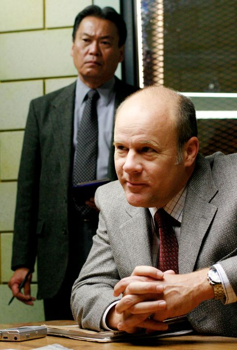 Detective Fallon (James Shanklin, r.) ahnt wer Melanie Foster umgebracht hat ... - Bildquelle: 2005 Touchstone Television  All Rights Reserved