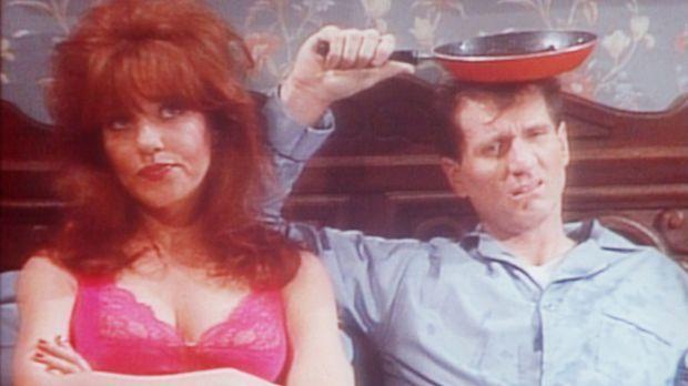 Peggy (Katey Sagal, l.) und Al (Ed O'Neill, r.) sind schlecht gelaunt: Es reg...