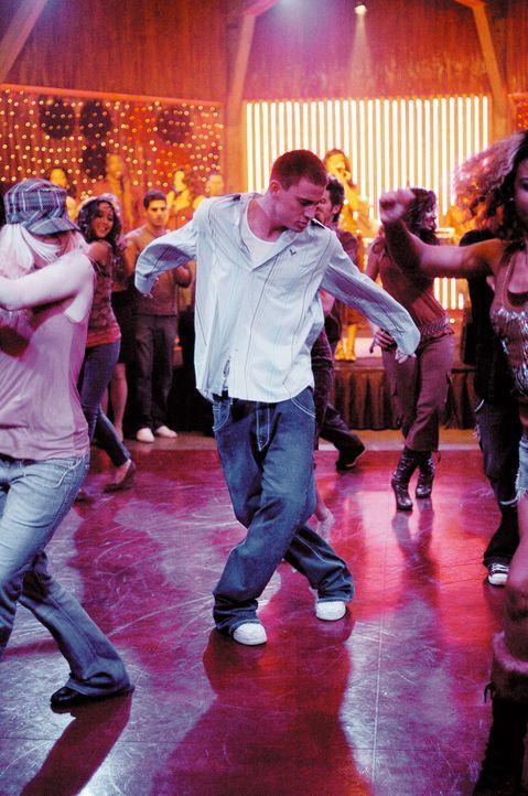 Mit Leuten, die in Strumpfhosen adrett über die Bühne hopsen, hatte Tyler Gage (Channing Tatum, M.) bisher überhaupt nichts am Hut; er übt sich... - Bildquelle: Constantin Film