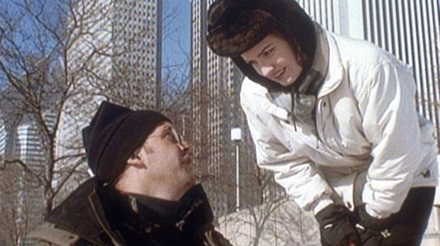 Lewis (Sherry Stringfield, r.) geht mit Greene (Anthony Edwards, l.) und Toch...
