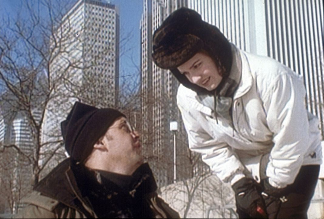 Lewis (Sherry Stringfield, r.) geht mit Greene (Anthony Edwards, l.) und Tochter Rachel Schlittschuh laufen. - Bildquelle: TM+  2000 WARNER BROS.