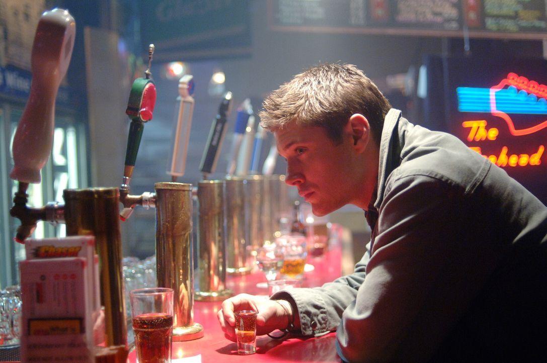 Sucht nach Hinweisen, um einen mysteriösen Todesfall zu lösen: Dean (Jensen Ackles) ... - Bildquelle: Warner Bros. Television