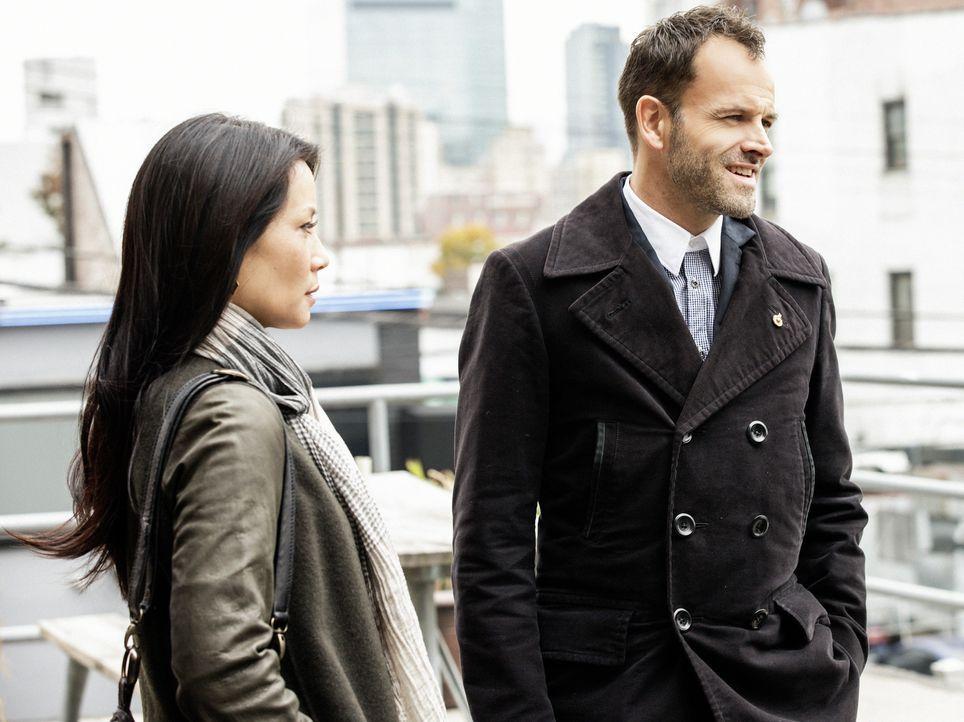 Rückblick: Watson (Lucy Liu, l.) und Holmes (Jonny Lee Miller, r.) haben in dem Fall, dessentwegen Holmes jetzt vor dem Polizeigericht steht, gemein... - Bildquelle: CBS Television