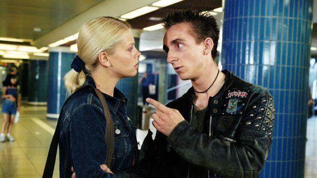 Natalie (Anne Sophie Briest, l.) findet den Junkie Florian (Fabian Oscar Wien...