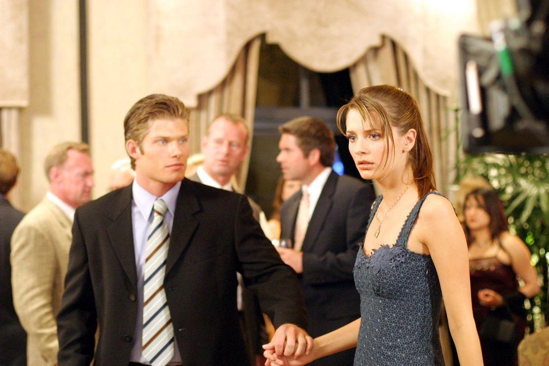 Als Luke (Chris Carmack, l.) Marissa (Mischa Barton, r.) und Ryan zusammen sieht, kommt es zwischen den beiden zu einer heftigen Auseinadersetzung ... - Bildquelle: Warner Bros. Television