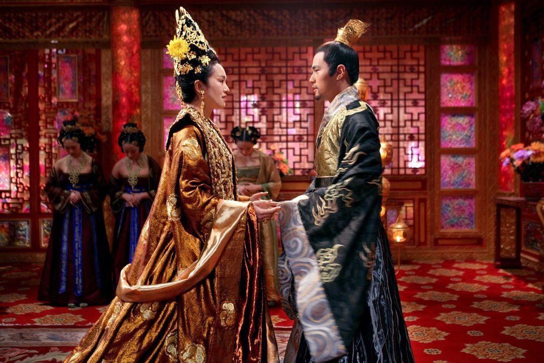 Kaiserin Phoenix (Li Gong, l.), die ihren Mann partout loswerden will, drängt ihren gerade von seiner Militärausbildung zurückgekehrten Sohn Prinz J... - Bildquelle: TOBIS Film