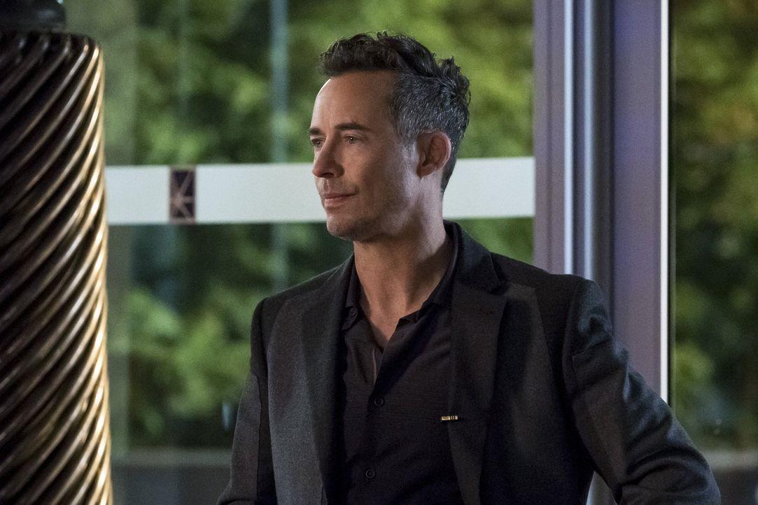 H.R. (Tom Cavanagh) gibt einen wichtigen Hinweis, als es darum geht, die Zukunft zu verändern und damit Iris' Leben zu retten ... - Bildquelle: 2016 Warner Bros.