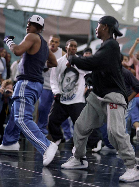 David (Omari Grandberry, r.) und Elgin haben die beste Crew (J-Boog, l.), und sind daher siegesgewiss, als eine Clique von Weißen sie zu einem Tanz... - Bildquelle: 2004 Screen Gems, Inc. All Rights Reserved.