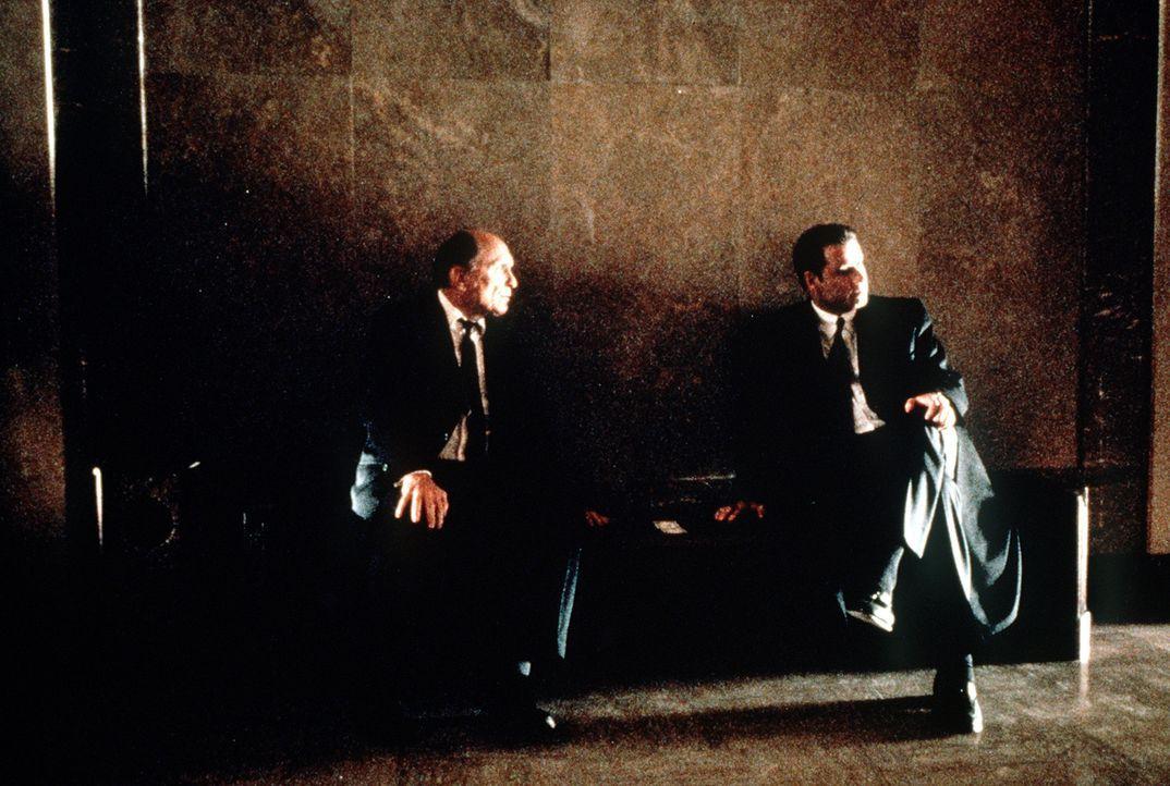 Eines Tages gerät der erfolgverwöhnte Anwalt Jan Schlichtmann (John Travolta, r.) an den unberechenbaren Großmeister des Paragraphen-Schachspiels... - Bildquelle: Paramount Pictures