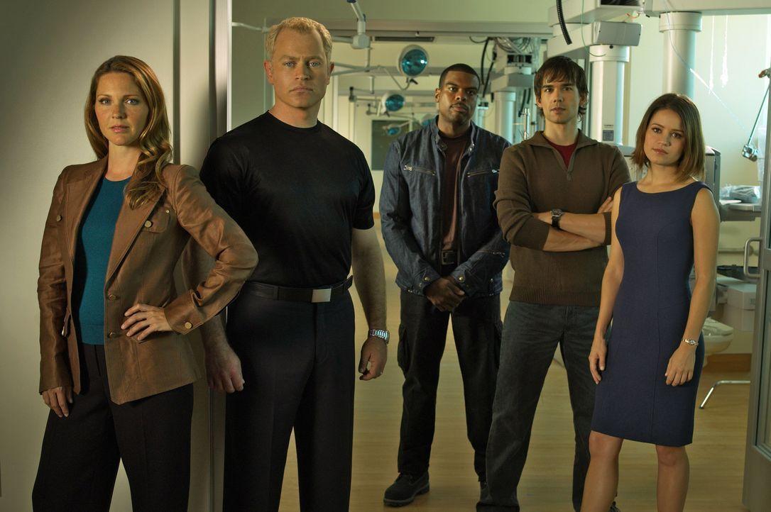 (1. Staffel) - Lösen rätselhafte medizinische Fälle: Dr. Stephen Connor (Neal McDonough, 2.v.l.), Dr. Natalie Durant (Kelli Williams, l.), Frank... - Bildquelle: CBS Television