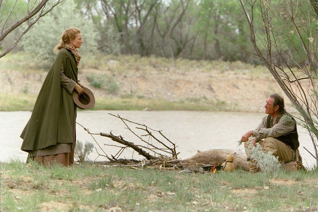 Eines Tages steht Maggies (Cate Blanchett, l.) Vater vor der Tür: Vor 20 Jahren hatte Samuel Jones (Tommy Lee Jones, r.) der Familie den Rücken ge... - Bildquelle: 2004 Sony Pictures Television International. All Rights Reserved.