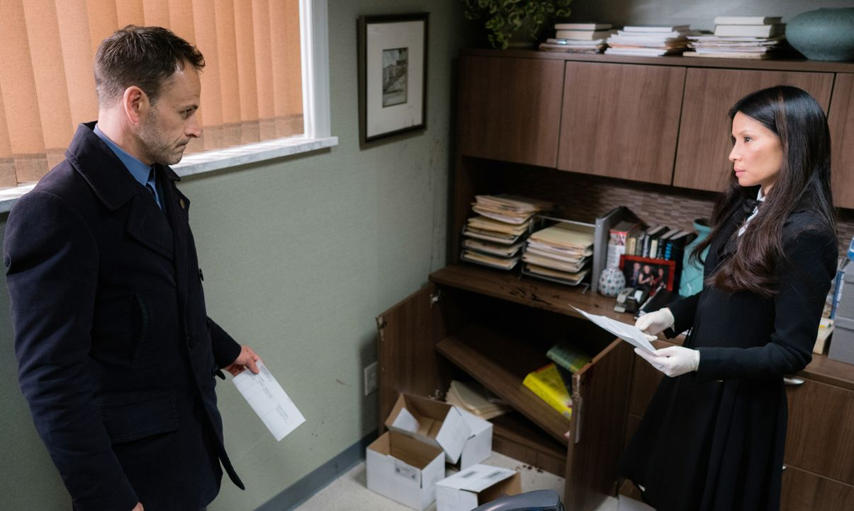 Als Watson (Lucy Liu, r.) von DEA-Ermittlern verdächtigt wird, illegal Rezepte auszustellen, müssen sie und Sherlock (Jonny Lee Miller, l.) den Täte... - Bildquelle: Michael Parmelee 2016 CBS Broadcasting Inc. All Rights Reserved