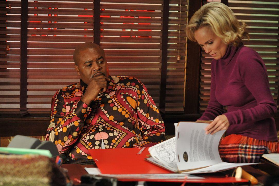 Emerson (Chi McBride, l.) und Olive (Kristin Chenoweth, r.) arbeiten gemeinsam an dem Fall um Merle McQuoddy. Dieser ist seit Jahren verschollen und... - Bildquelle: Warner Brothers