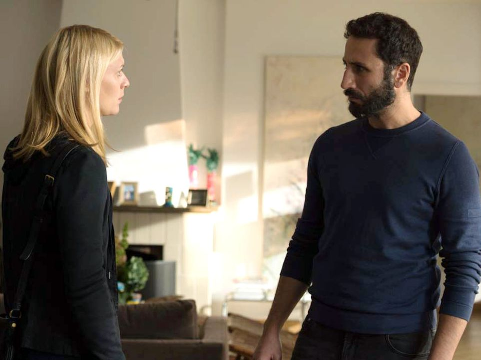 Carrie (Claire Danes, l.) hofft auf Hilfe von Al-Amin (George Georgiou, r.). Doch wird er ihr dabei behilflich sein, den geplanten Anschlag auf Berl... - Bildquelle: Stephan Rabold 2015 Showtime Networks, Inc., a CBS Company. All rights reserved.