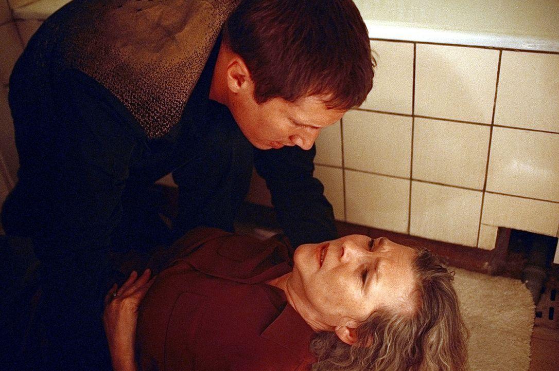 Hilflos muss Lars (Benno Fürmann, l.) mit ansehen, wie seine Mutter Irene (Jutta Wachowiak, r.) vermeintlich an einer Herzattacke stirbt. Noch mit... - Bildquelle: Jeanne Degraa ProSieben