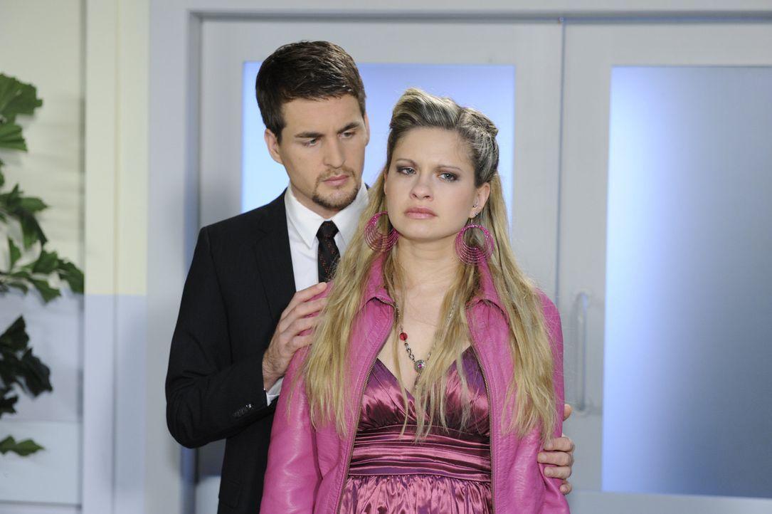 Mia (Josephine Schmidt, r.) beginnt ihre Gefühle für Lars (Alexander Klaws, l.) zuzulassen ... - Bildquelle: SAT.1