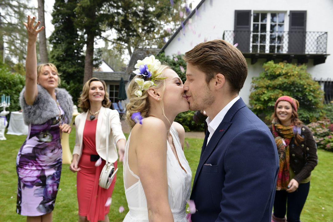 Es ist zwar keine große Feier geworden, doch die Trauung von Luisa (Jenny Bach, 3.v.l.) und Julian (Oliver Bender, 2.v.r.) wird trotzdem zum Highlig... - Bildquelle: Oliver Ziebe sixx